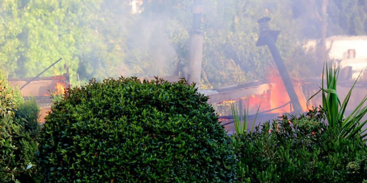 [FOTOS] Investigan incendio que consumió casa de 200 metros cuadrados en El Arrayán