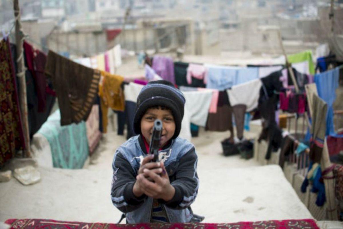 Un niño de 9 años juega con una pistola de juguete en Kabúl, Afganistán. Foto:AFP. Imagen Por: