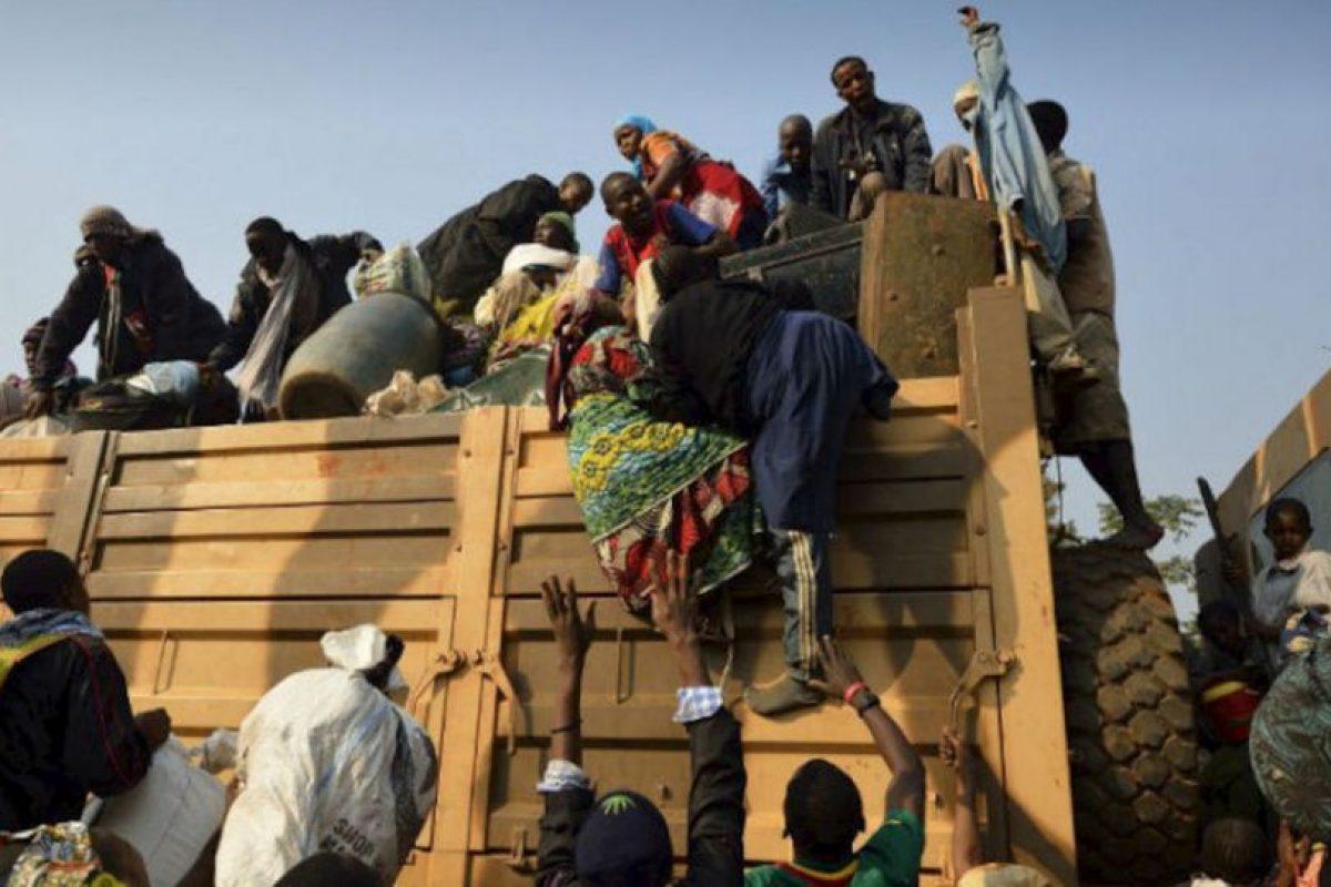 Civiles chadianos suben a un camión militar para regresar a su país. Foto:AFP. Imagen Por: