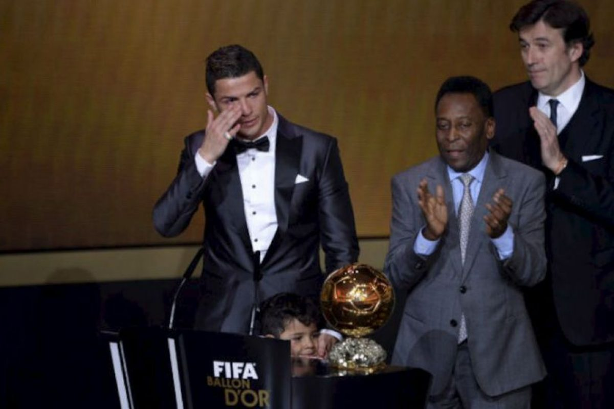La leyenda del fútbol brasileño Pelé celebra junto al delantero portugués del Real Madrid Cristiano Ronaldo mientras llora después de recibir el FIFA Balón de Oro 2013 al mejor jugador del año durante. Foto:AFP. Imagen Por: