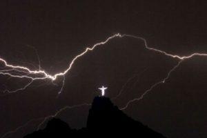 Rayos caen sobre la estatua del Cristo Redentor en la cima del Corcovado en Río de Janeiro el 14 de enero 2014. Foto:AFP. Imagen Por: