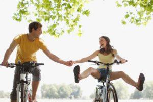 Cuando se hace un uso regular de la bicicleta, aquellos que acuden al trabajo a diario en este transporte gozan de unas ventajas para su salud mayores que quien practica deporte solamente los fines de semana. Foto:Gettyimages. Imagen Por: