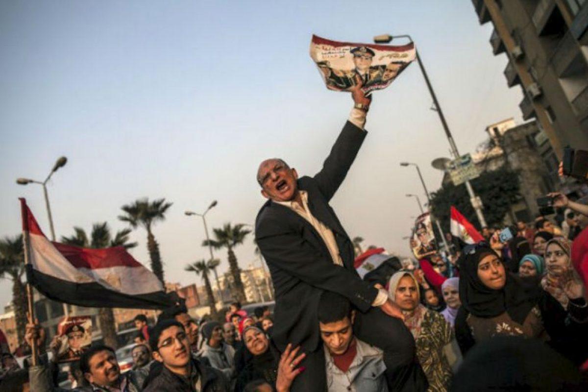Un hombre egipcio sostiene un retrato del ministro de Defensa de Egipto, Abdel Fattah general al-Sisi fuera de un colegio electoral en la votación sobre una nueva Constitución el 14 de enero de 2014 en Giza, El Cairo. Foto:AFP. Imagen Por: