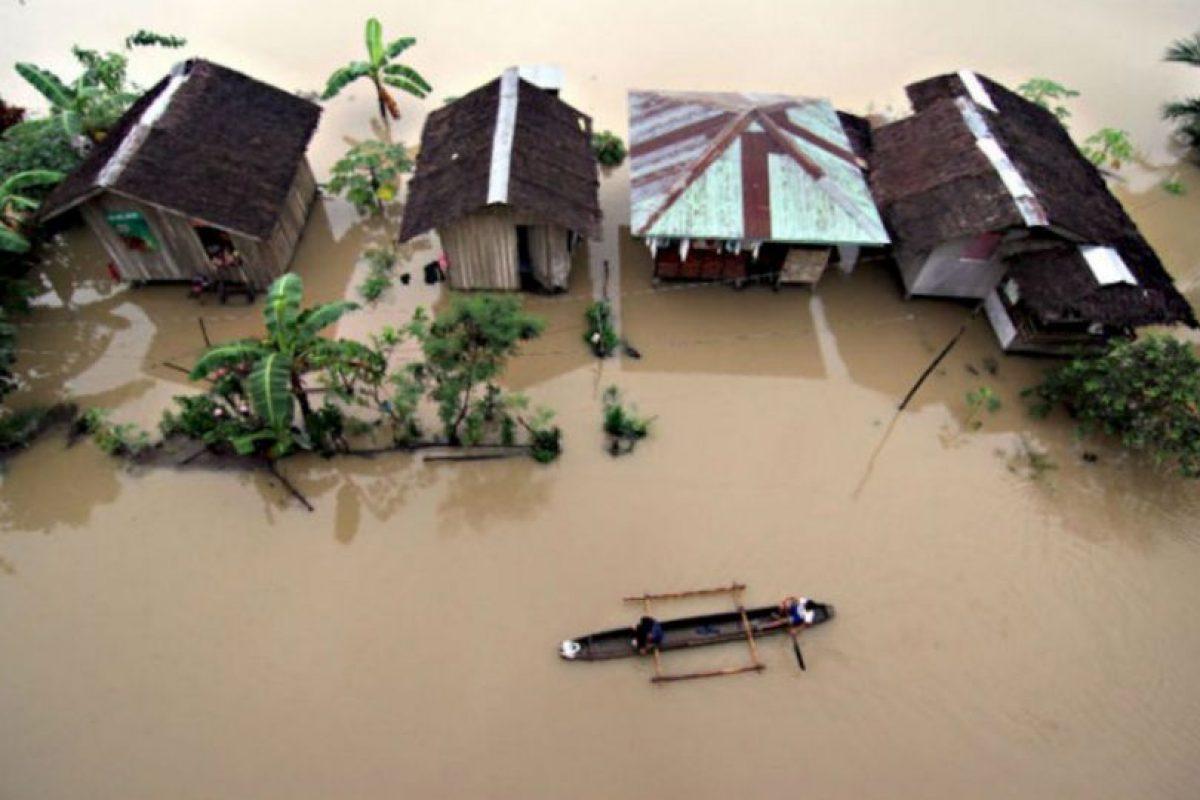 Los residentes montan un barco de madera ante la inundación provocada por las fuertes lluvias en las afueras de la ciudad de Butuan, Agusan del Norte provincia, en la isla meridional de Mindanao, Filipinas. Foto:AFP. Imagen Por: