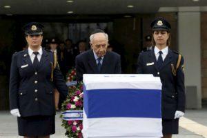 El presidente israelí, Shimon Peres, pone una ofrenda floral ante el féretro del ex primer ministro Ariel Sharon en la Knesset (el Parlamento israelí), en Jerusalén, el 12 de enero 2014. Foto:AFP. Imagen Por: