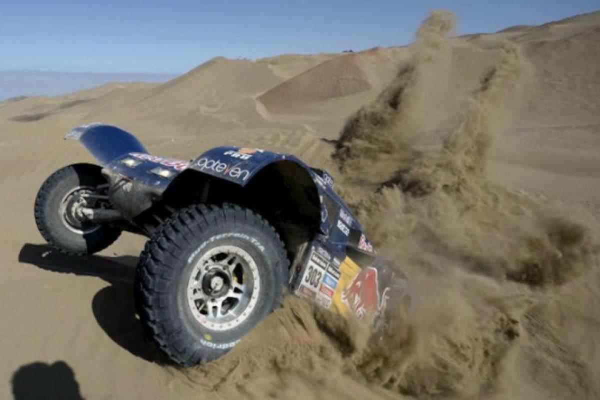 El piloto español Carlos Sainz compite durante el Rally Dakar 2014 Etapa 10 entre Iquique y Antofagasta, Chile, el 15 de enero 2014. Foto:AFP. Imagen Por: