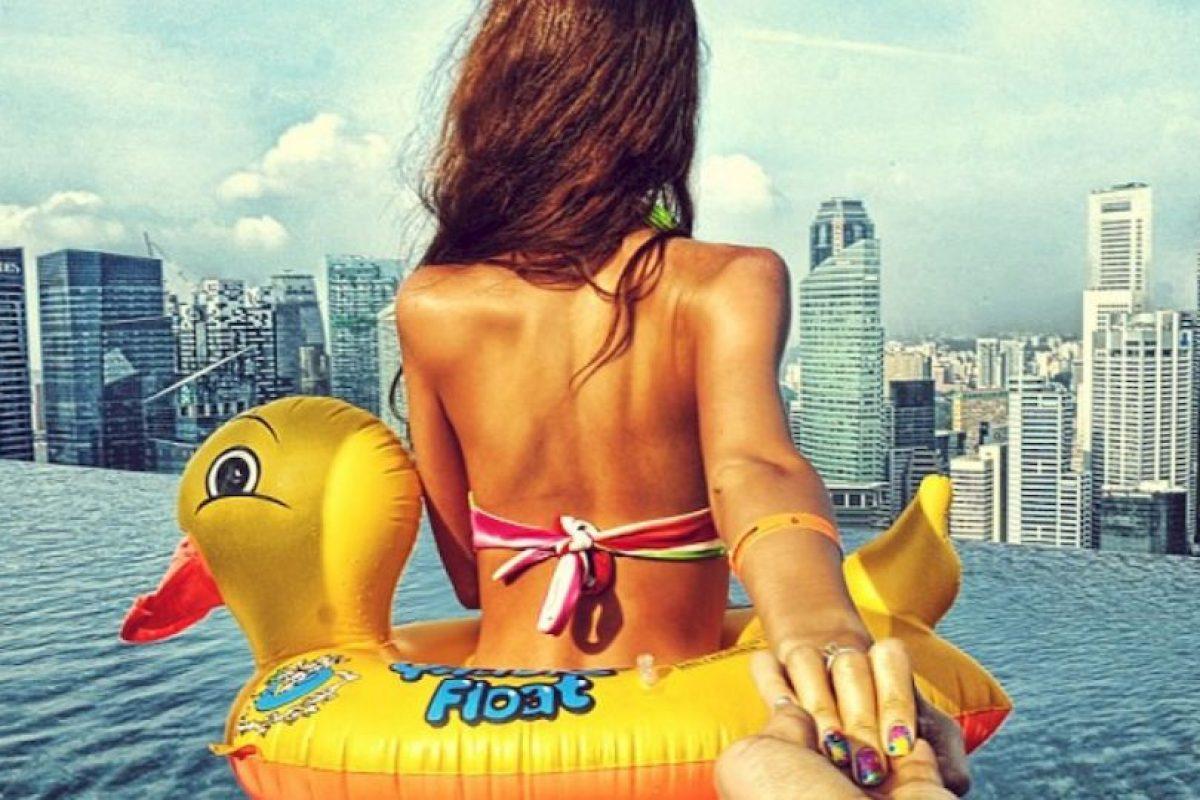 El enamorado dice que su viaje más memorable hasta el momento fue cuando visitaron Singapur, ya que como anécdota, él perdió el iPhone de su novia y hubo un cortocircuito en su propio teléfono después de que fue a nadar con él. Pero al menos lograron agregar esta foto a su colección. Foto:Instagram image. Imagen Por: