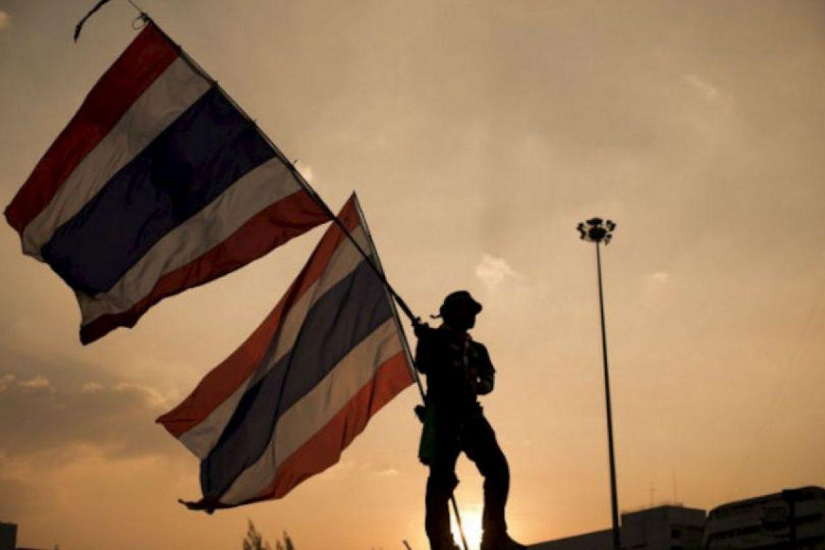 Manifestantes contra el gobierno tailandés ondean banderas nacionales en el monumento de la victoria durante los mítines en curso en Bangkok el 15 de enero de 2014. Foto:AFP. Imagen Por: