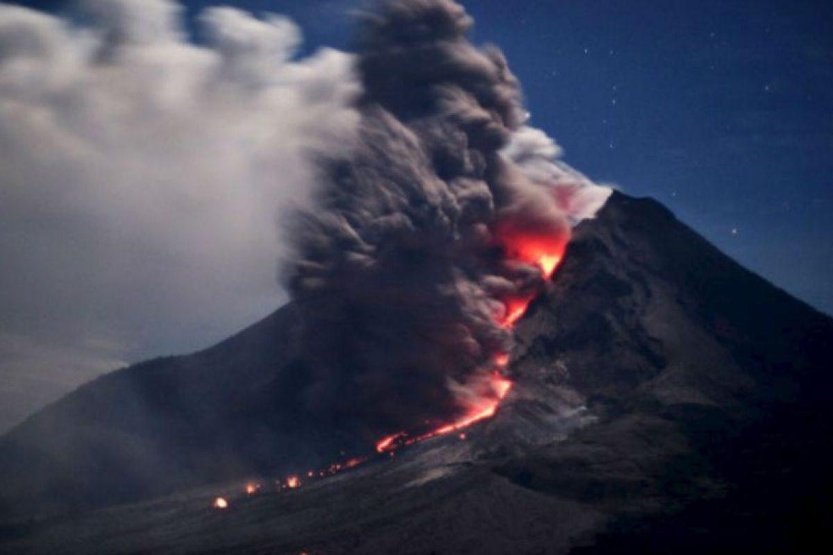 El Volcán Sinabung escupe ceniza caliente y lava en Karo, Indonesia, el 14 de enero de 2014. Foto:AFP. Imagen Por: