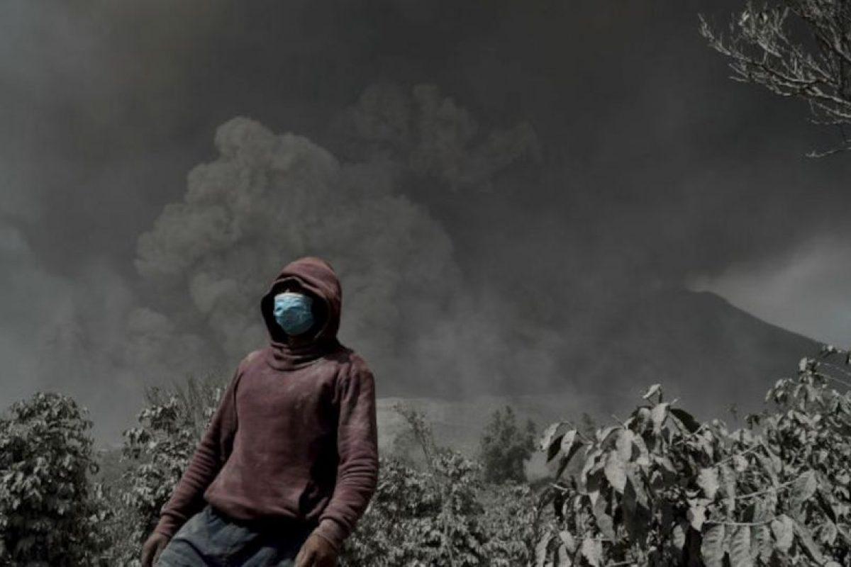 Un hombre indonesio lleva una máscara mientras el volcán Sinabung escupe humo espeso y cenizas calientes. Foto:AFP. Imagen Por: