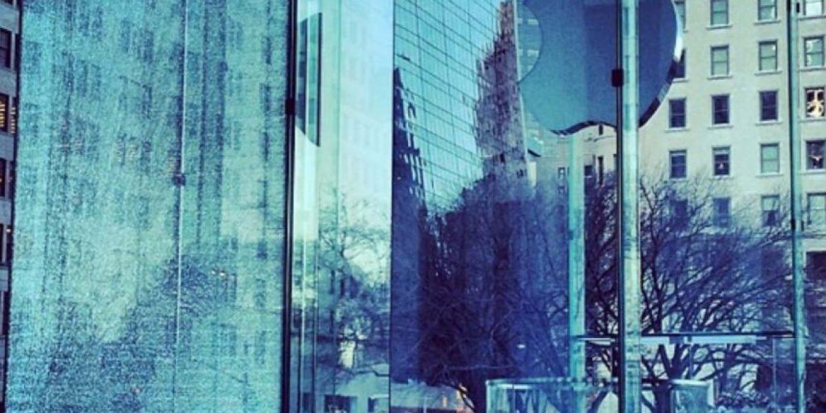 Así se rompió el costoso cristal de la Apple Store en NY