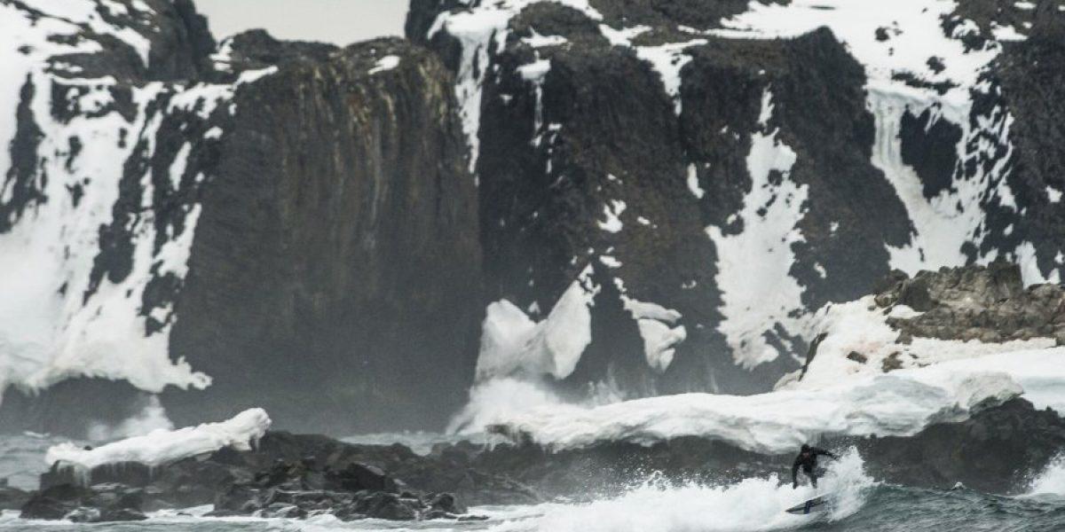 ¡Impresionante! Ramón Navarro surfea ola de tres metros en la Antártica