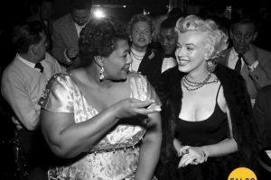 Una imagen real con una historia mal contada. En 1954, a Ella Fitzgerald le prohibieron actuar en el club Mocambo, por ser negra, y Marilyn Monroe 'obligó' al propietario del club a aceptarla. La historia real es que ya habían actuado muchos artistas de color en el lugar. El gerente del club, Charlie Morrison, simplemente creía que Ella no tenía el suficiente glamour. Lo que es cierto es que Monroe intercedió por ella. Foto:Twitter @HistoryInPics. Imagen Por: