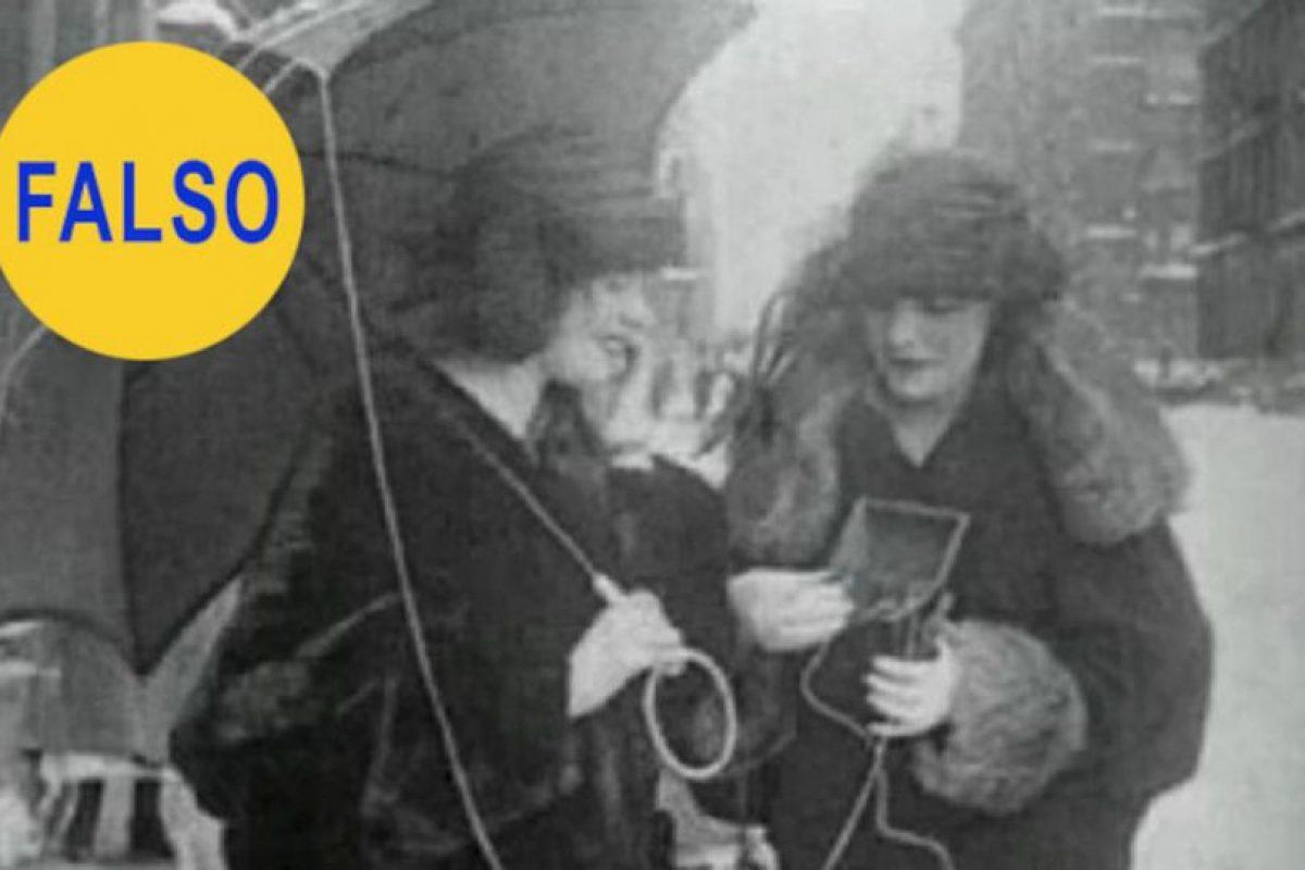 Esta imagen corresponde a un video en el que se muestra a dos mujeres utilizando un supuesto teléfono móvil muchos años antes de que lo inventaran. En realidad es un aparato portátil de radio Foto:Flickr image. Imagen Por: