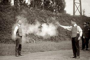 Probando un chaleco a prueba de balas Foto:http://blackandwtf.tumblr.com/. Imagen Por: