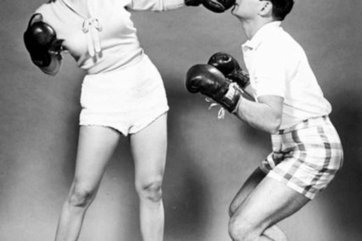 Mamie Van Doren golpea a su esposo Ray Anthony Foto:http://blackandwtf.tumblr.com/. Imagen Por: