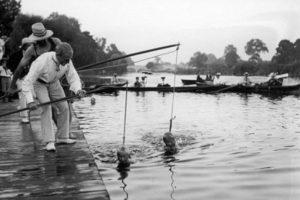 No están pescando, están enseñándole a nadar a dos niños Foto:http://blackandwtf.tumblr.com/. Imagen Por: