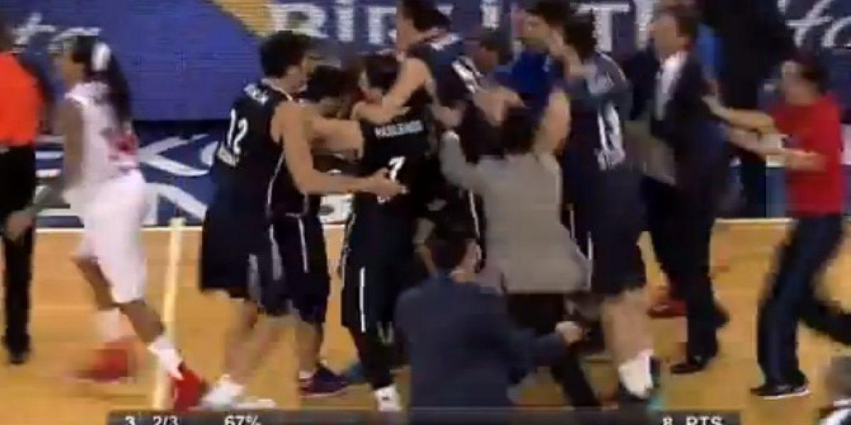 Video: ¡Increíble! Le da la victoria a su equipo con triple de más de 20 metros