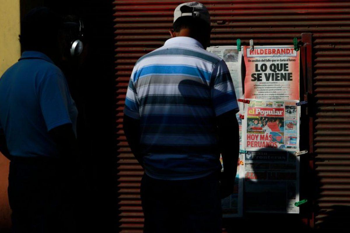 En completa tranquilidad y revisando la prensa escrita, los peruanos residentes en la ciudad de Tacna esperan la resolución del Tribunal de La Haya por el diferendo marítimo entre Chile y Perú. Foto:Agencia Uno. Imagen Por: