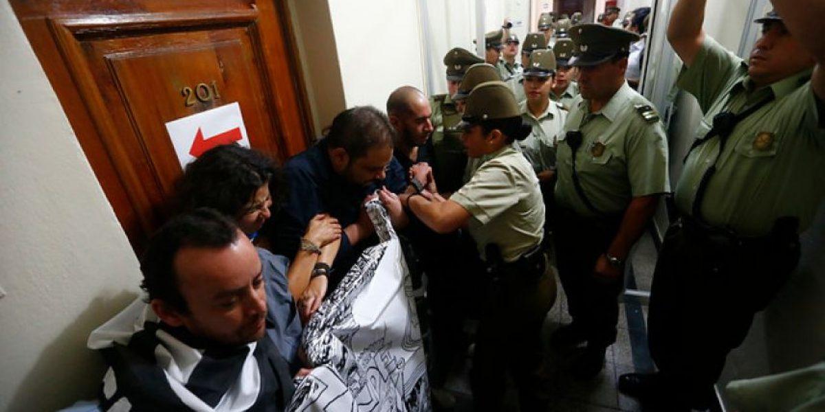 FOTOS: Con periodistas detenidos y desórdenes se concreta venta del diario La Nación