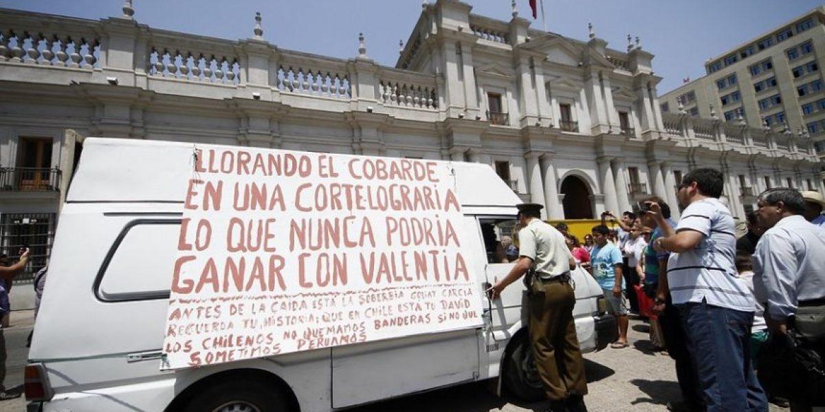 [FOTOS] Camioneta se estacionó frente a La Moneda con fuerte mensaje contra Alan García