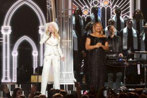 En la interpretación con Rapper Macklemore, Mary Lambert, Ryan Lewis y Queen Latifah Foto:Getty images. Imagen Por: