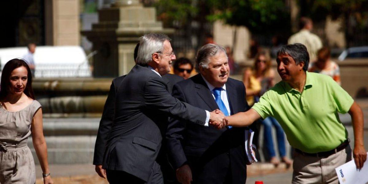[FOTOS] Alberto Van Klaveren llegó a La Moneda entre saludos de la gente