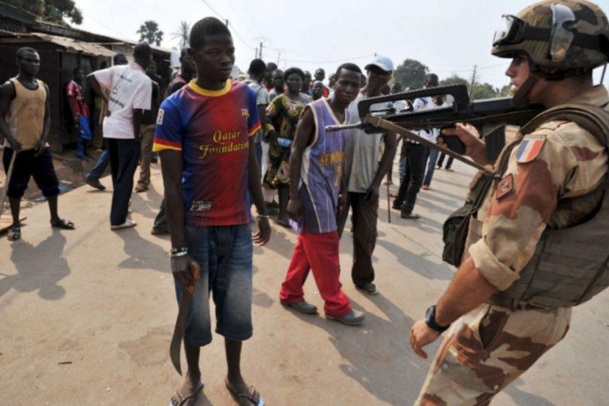 """Un soldado francés, que participan en la """"Operación sangaris"""" cuestiona a un joven anti-Balaka miliciano cristiano que lleva un machete en África Central. Foto:AFP. Imagen Por:"""