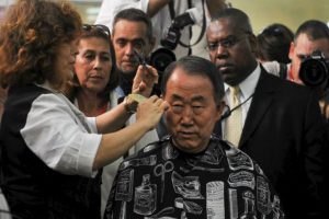 El Secretario General de las Naciones Unidas (ONU), Ban Ki-moon, consigue un corte de pelo en una peluquería en la Habana Vieja Foto:AFP. Imagen Por: