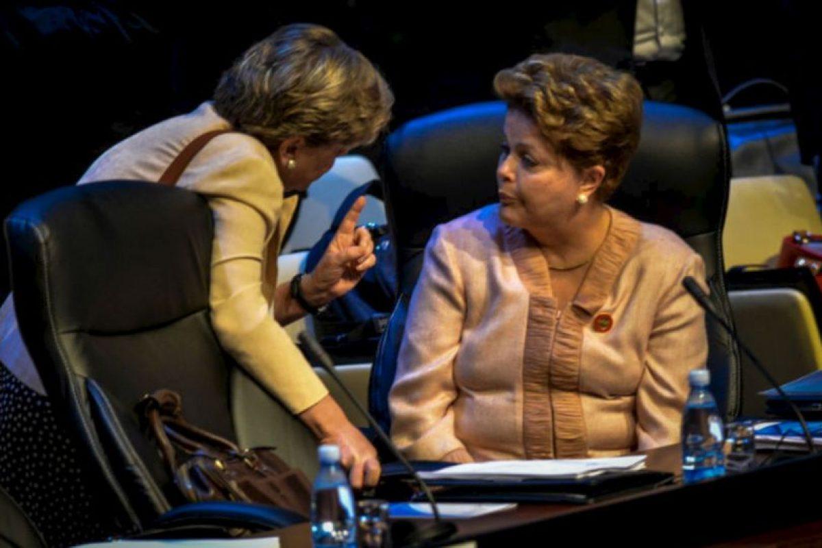 La presidenta de Brasil, Dilma Rousseff, habla con una persona no identificada durante la ceremonia de apertura de la Celac. Foto:AFP. Imagen Por: