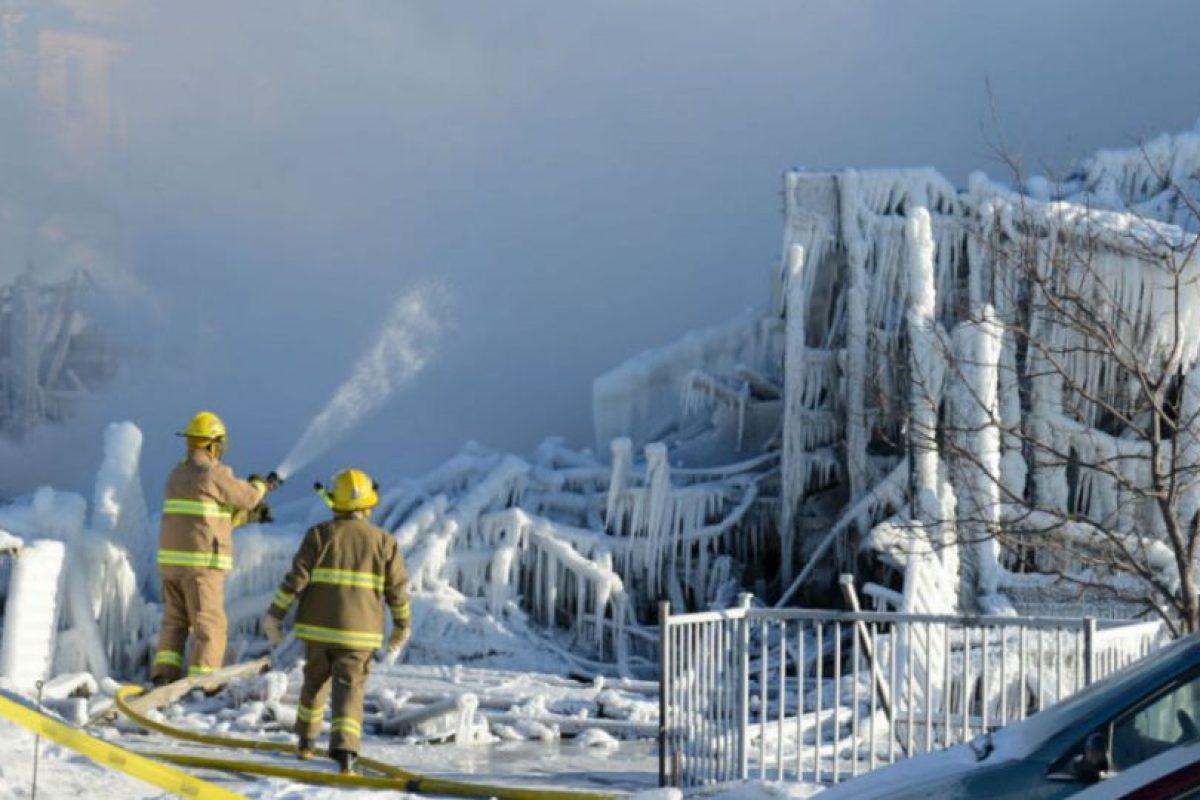 Bomberos canadienses rocían los restos quemados de una casa de retiro en L'Isle-Verte. Foto:AFP. Imagen Por: