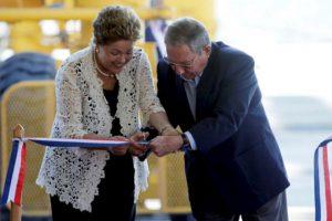 La presidenta de Brasil, Dilma Rousseff, y el presidente de Cuba, Raúl Castro, inauguran la primera etapa del puerto Mariel.. Foto:AFP. Imagen Por: