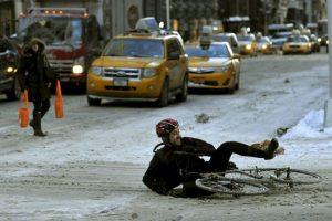 Un hombre cae en el hielo presente a lo largo de la 5ta Avenida, en Nueva York. Foto:AFP. Imagen Por: