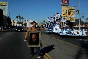 El Artista Al Hornsby camina con su pintura de Martin Luther King Jr durante el desfile de Martin Luther King Jr. en Los Angeles, California. Foto:AFP. Imagen Por: