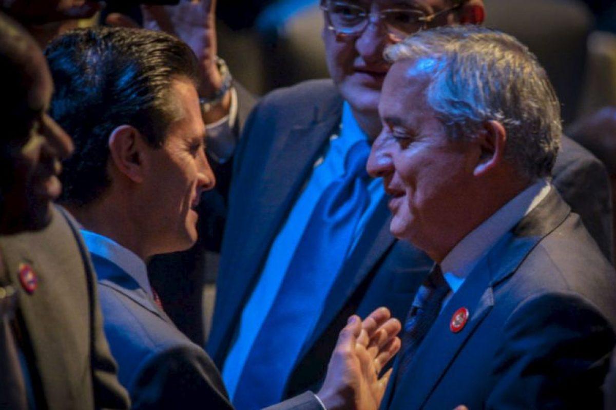 El presidente de México, Enrique Peña Nieto, habla con su homólogo guatemalteco Otto Pérez Molina, durante la ceremonia de apertura la Celac. Foto:AFP. Imagen Por: