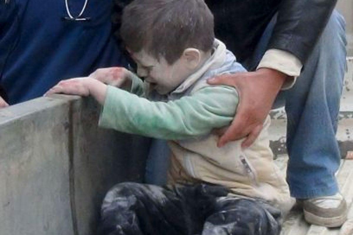 Sirios ayudan a un niño herido tras un presunto ataque aéreo de las fuerzas gubernamentales, cerca de una escuela en la norteña ciudad siria de Alepo. Foto:AFP. Imagen Por: