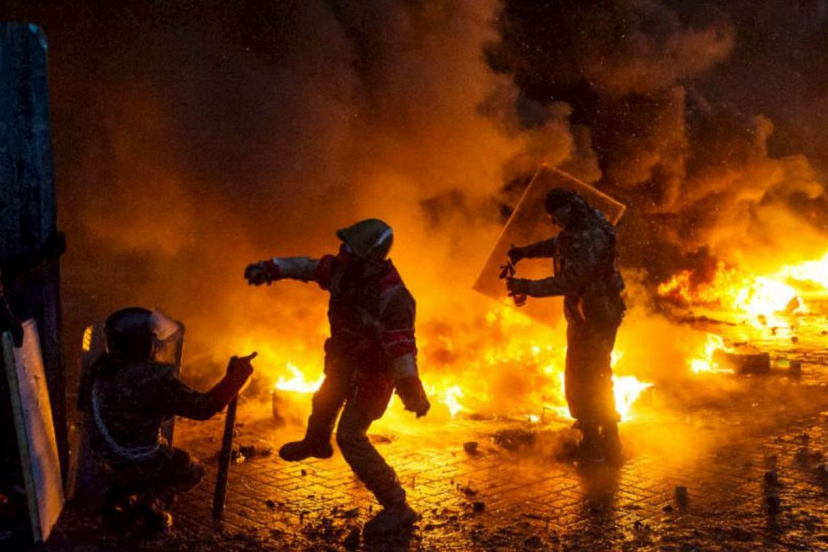 Los manifestantes lanzan cócteles molotov a la policía durante los enfrentamientos en el centro de Kiev, Ucrania. Foto:AFP. Imagen Por:
