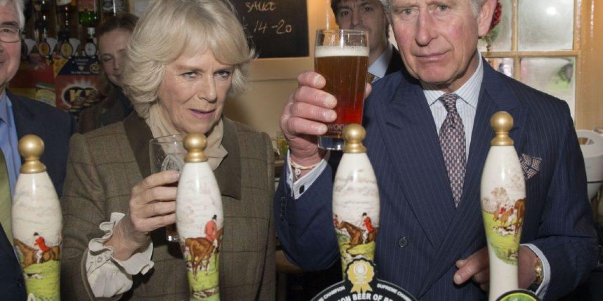 Galería: Príncipe Carlos y Camila disfrutan de cervezas en un pub de Reino Unido