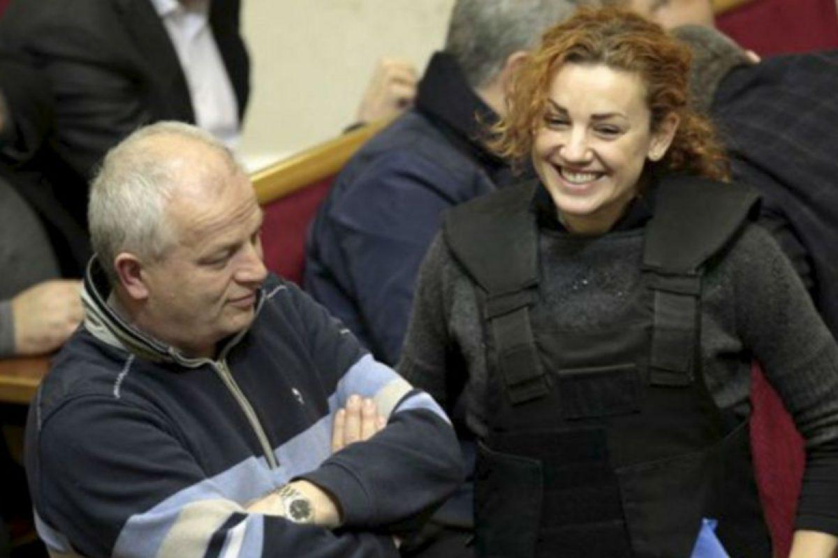 Pese al miedo que la llevo a portar un chaleco antibalas, la diputada Lesya Orobets se dio tiempo de bromear con uno de sus compañeros. Foto:AP. Imagen Por: