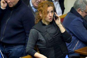 La diputada de oposición Lesya Orobets habla por teléfono al interior del parlamento ucraniano. Foto:AFP. Imagen Por: