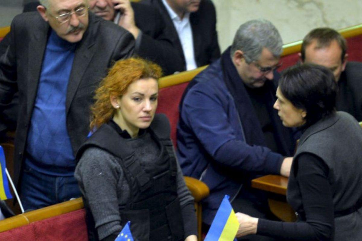 La diputada de oposición Lesya Orobets, de 31 años, acudió con chaleco antibalas a una sesión extraordinaria del Parlamento de Ucrania. Foto:AFP. Imagen Por: