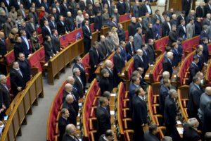 El parlamento ucraniano guardó un minuto de silencio para conmemorar a los muertos durante los enfrentamientos entre la oposición y la policía Foto:AFP. Imagen Por: