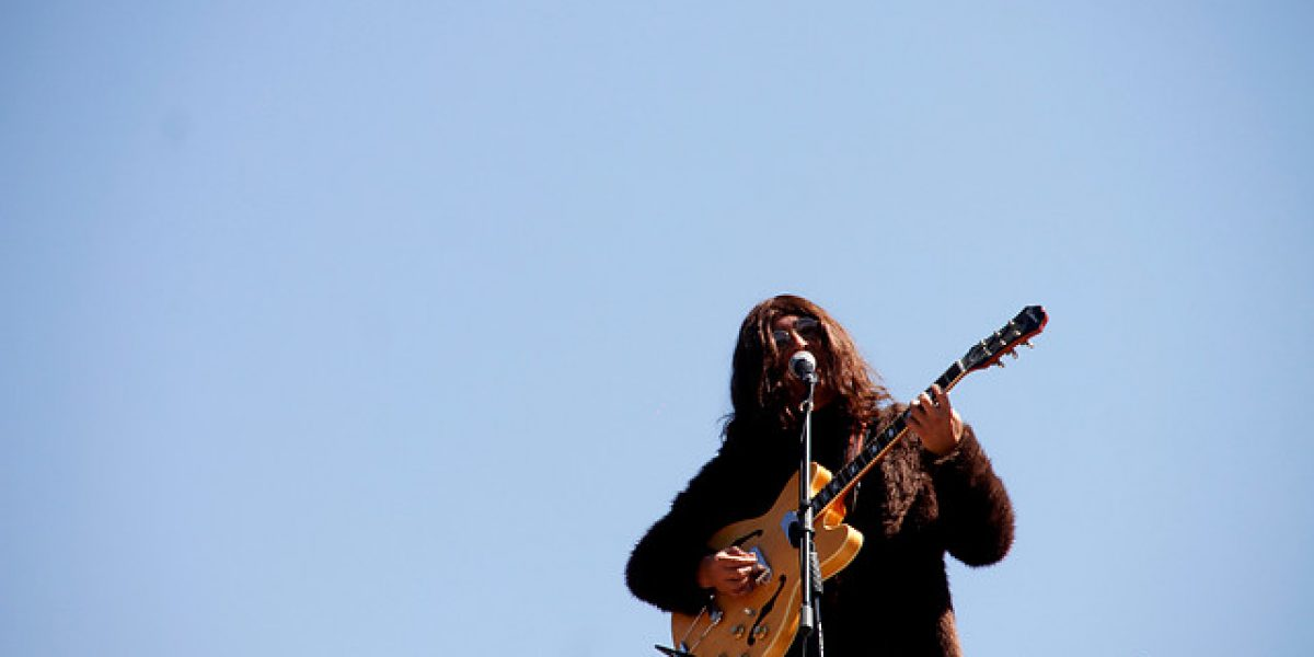 Banda chilena que tributa a The Beatles recrea famoso concierto sobre una azotea