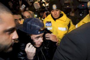Justin Bieber se entrega a la policía canadiense en Toronto para enfrentar un cargo de agresión contra un chofer de limosina en diciembre 2013. El conductor acusa que fue golpeado por un miembro del equipo de Bieber. Foto:Getty image. Imagen Por: