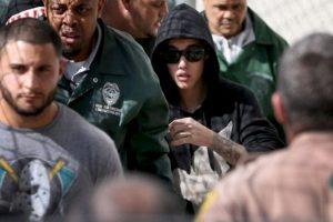 """Esa misma noche muere atropellado un fotógrafode 29 años que intentaba capturar alguna imagen de Bieber. """"""""Aunque no estuve presente ni directamente implicado en este trágico accidente, mis pensamientos y oraciones están con la familia de la víctima"""", afirmó Bieber en un comunicado. Foto:AFP image. Imagen Por:"""