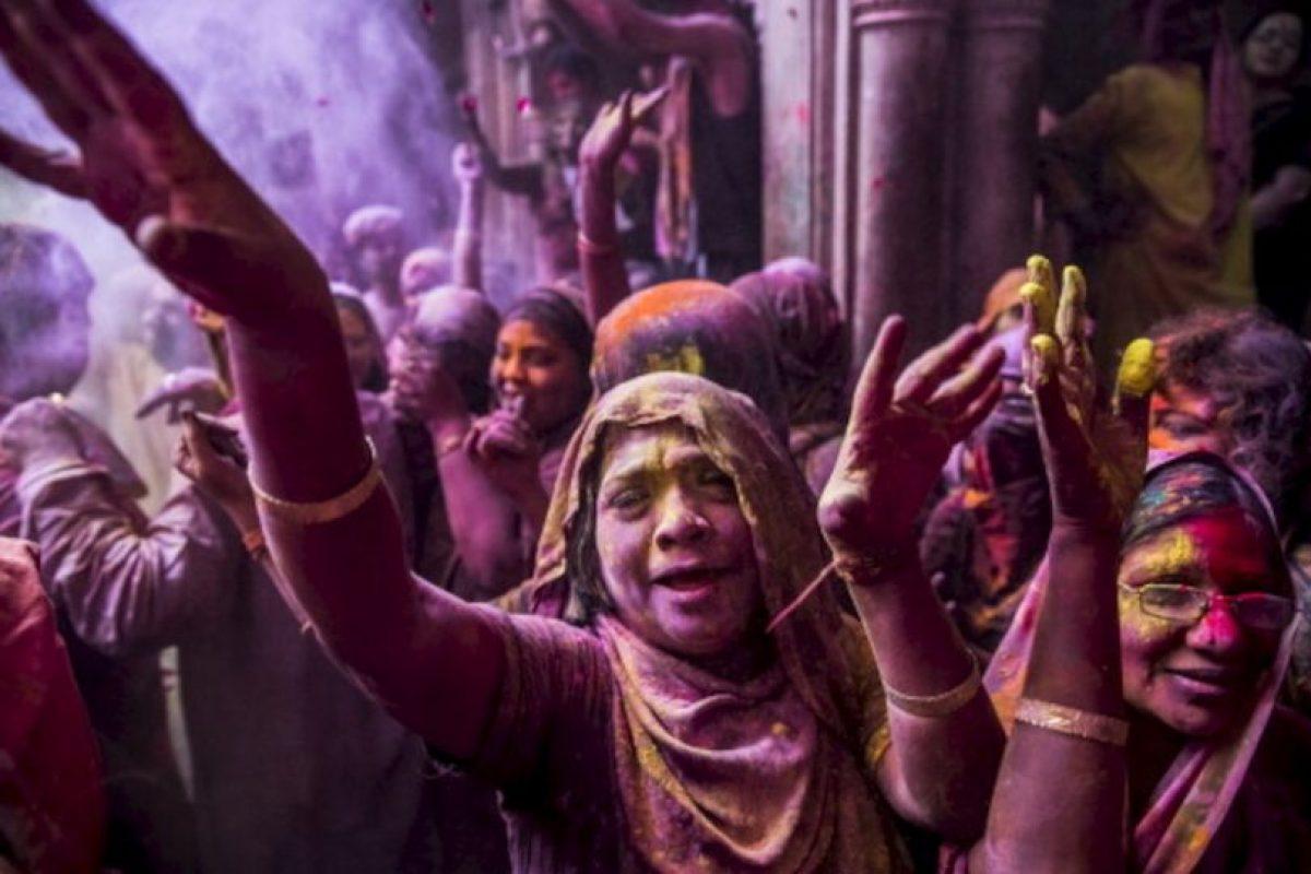 """India celebra la llegada de la primavera, con una bebida llamada """"bhang"""" realizada con hojas de marihuana y leche. En este día muchas personas visitan los templos, con ofrendas de deliciosas rasa gulab o malpoa (un postre hecho de harina, leche, azúcar y frutas secas). Visten de blanco y están listos para ensuciarse las ropas de colores representativos de la primavera Foto:Getty image. Imagen Por:"""