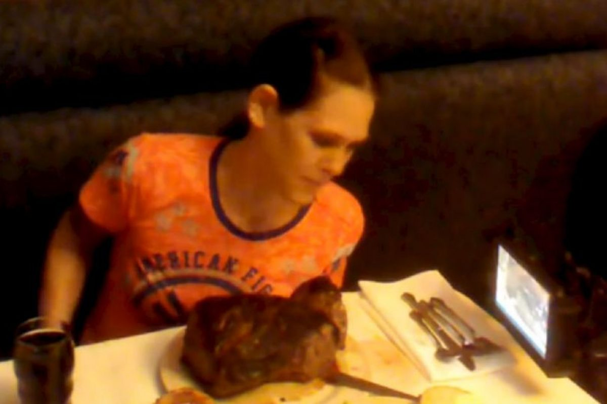 Schuyler comiendo un bistec de 72 onzas. Foto:Aaron's Food Adventures. Imagen Por: