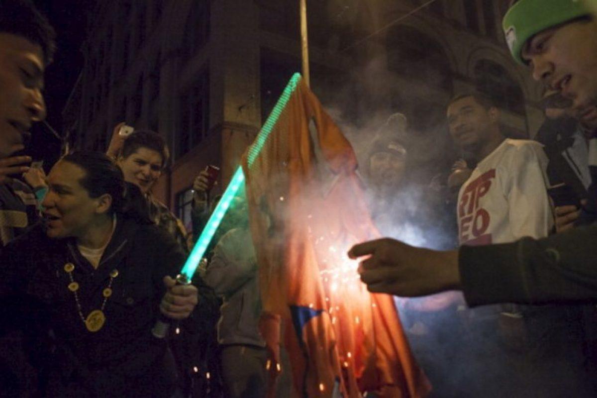 Aficionados queman una bandera de los Broncos de Denver Foto:gettyimages.com. Imagen Por: