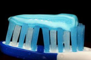 El básico: cepillarse los dientes, lengua y mejillas después de cada comida. Foto:Flickr image. Imagen Por: