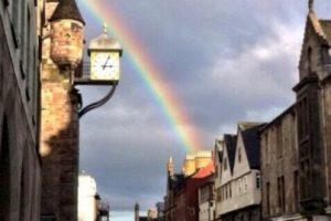 Un hecho curioso reportado en redes sociales: afuera del parlamento, mientras se aprobaba la iniciativa, un arcoiris iluminaba el cielo Foto:tumblr.com. Imagen Por: